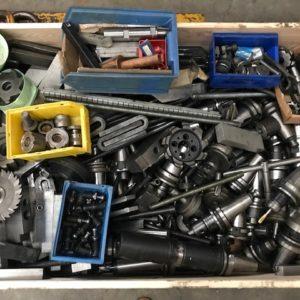 Utensileria ed attrezzatura staffaggio varia da fresatura ISO 50 usata